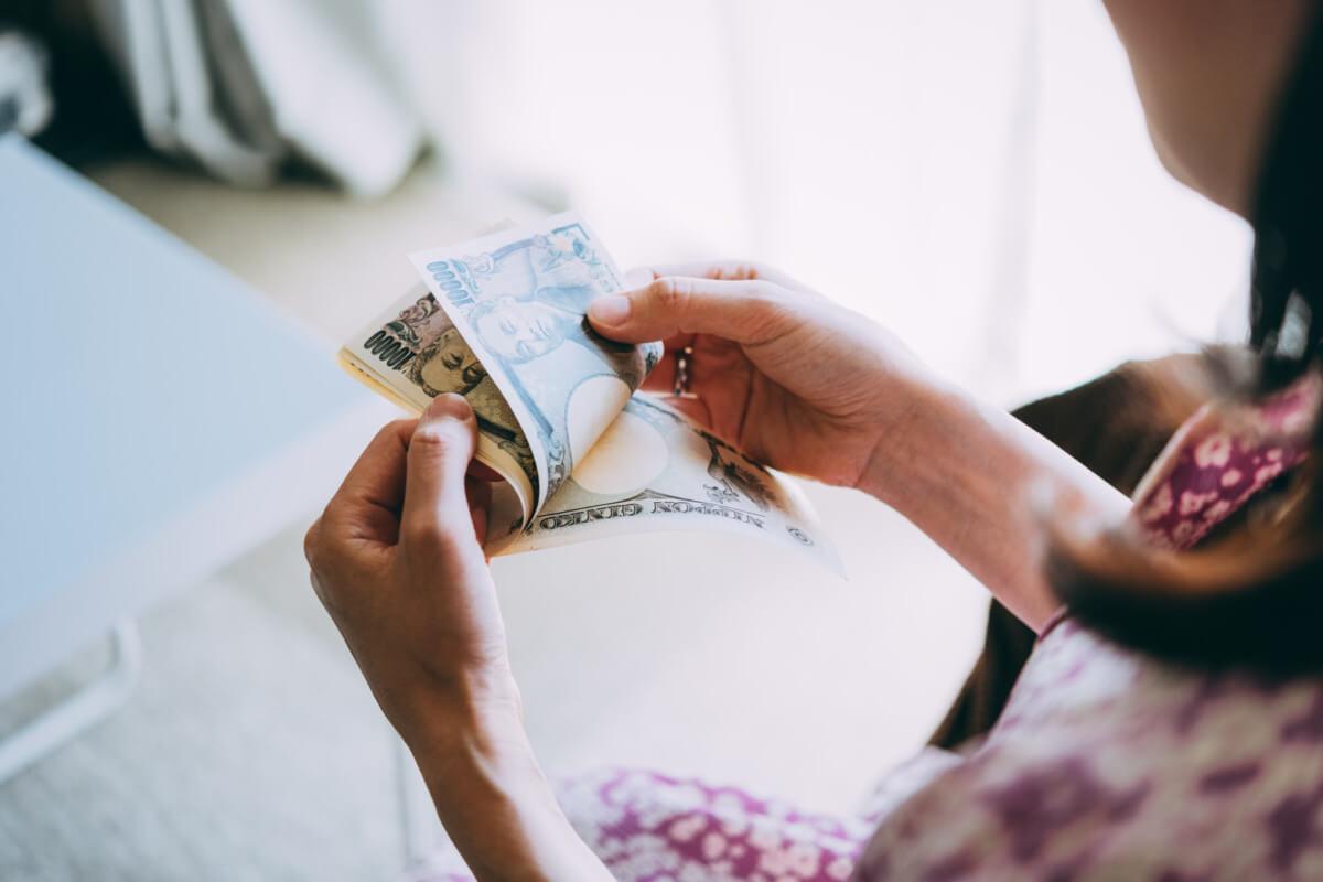 火災保険の手数料である成功報酬を支払う女性