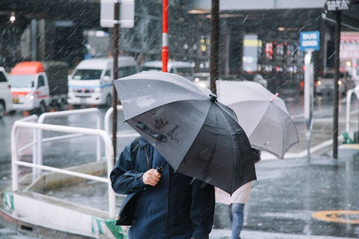 台風に直撃している人の画像